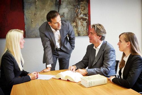 Teambesprechnung Arbeitsrecht-Büro Dr. Olsen